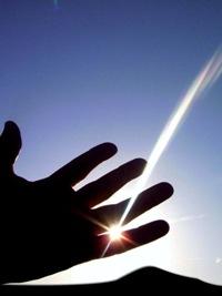 Gioco di luce in una mano che crea l'effetto di una stella cometa