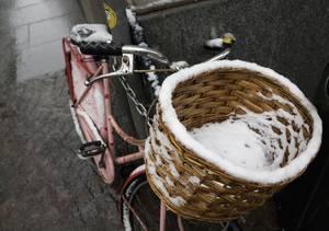 Bicicletta ricoperta di neve